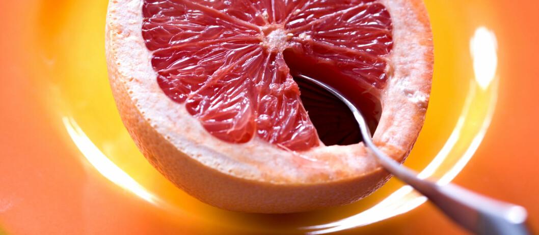 BITTERSØTTSURT: Men om du klarer smaken, er grapefrukt en fin sak å spise daglig. Foto: Getty Images/F1online RF