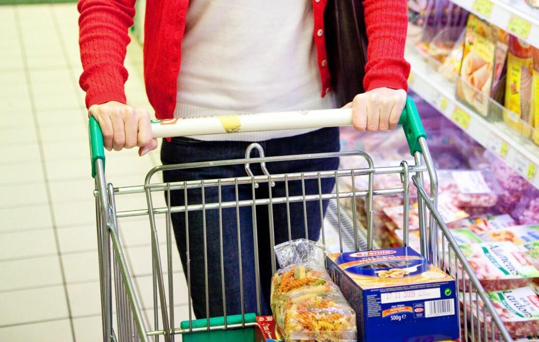 PENGER Å SPARE: Ernæringsmessig er det veldig små forskjeller på produktene fra billigmerkene og deres litt dyrere motparter. Dermed er det massevis av penger å spare, men husk å sjekke varedeklarasjonen.  Foto: All Over Press