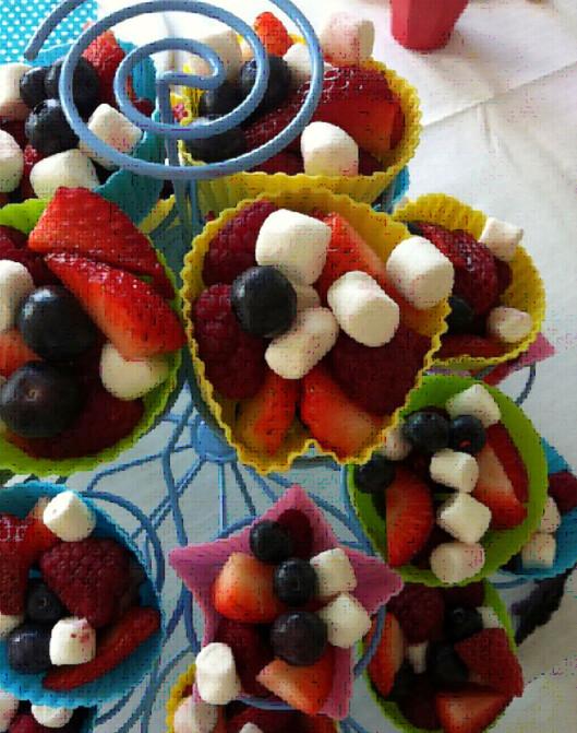 SUNT FESTALTERNATIV: Et smart triks fra Camilla Andersen er å fylle muffinsformer med annet enn kake - som herlige fruktbiter.  Foto: Camilla Andersen