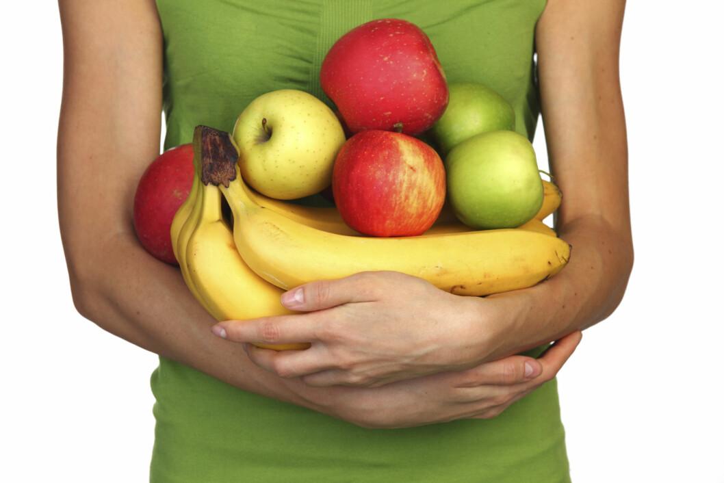 <strong>HOLD AVSTAND:</strong> For lengst mulig holdbarhet, bør du oppbevare bananer og epler hver for seg.  Foto: Getty Images/iStockphoto