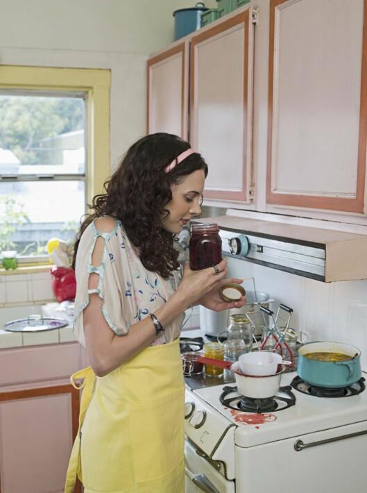 <strong>SESONGENS FRUKTER:</strong> Lær deg å sylte og safte, så kan du få glede av frukt og grønt med kort sesong hele året. Rabarbrasyltetøy i november? Ja, takk!  Foto: www.jupiterimages.com