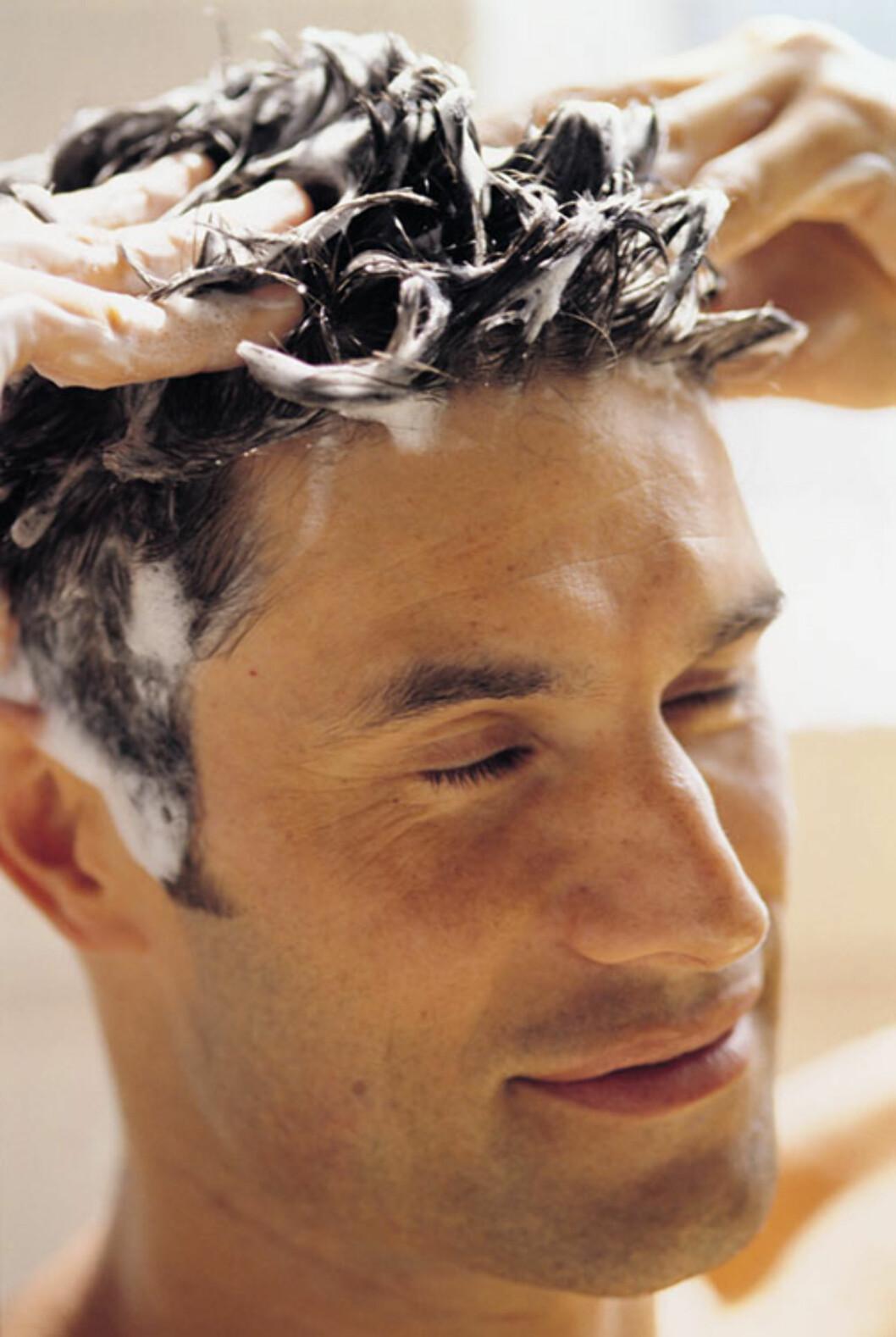 BALSAM FOR SJELEN: Også menn kan ha tørt hår som trenger ekstra pleie. Bruker du en pleiende, fuktighetsgivende kur, er det slettes ingen dårlig idé å la kjæresten forsyne seg litt innimellom.