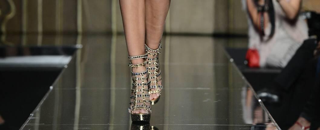 GLADIATORGLAM: Noe å style kjolen med på sommerfesten? Philipp Plein går for sandaler i glitrende sølv med platåsåle. Foto: All Over PressAll Over Press