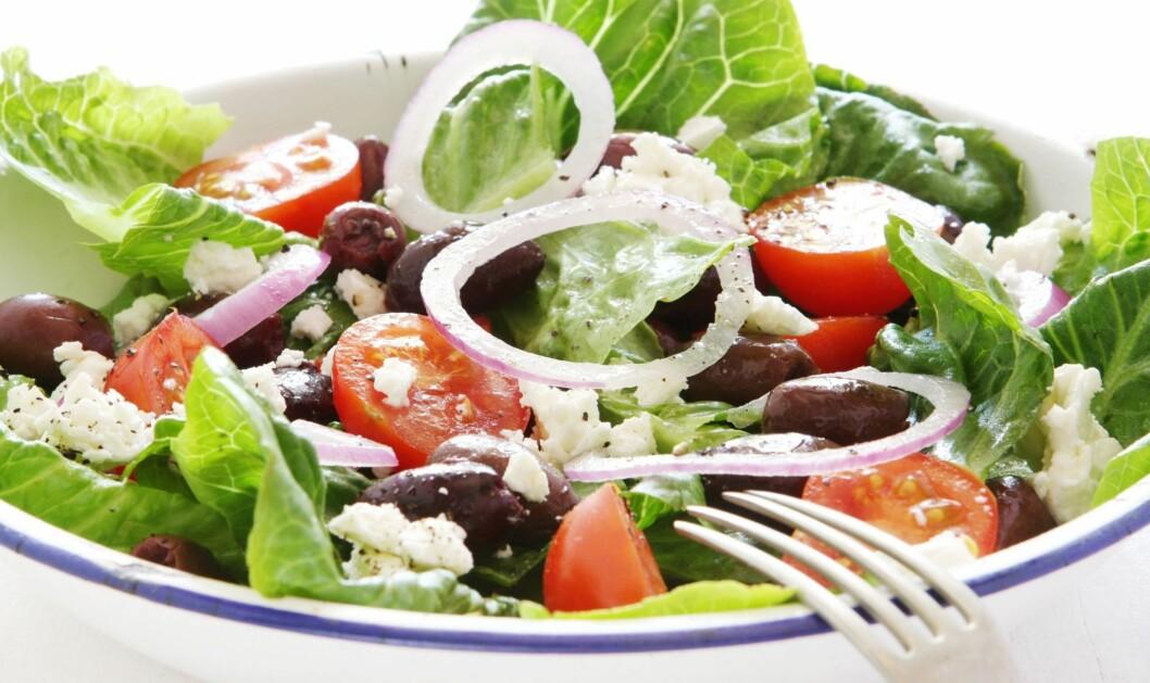 <strong>TOPP MAT:</strong> En gresk salat med olivenolje gir deg både sunt fett og vitaminer kroppen trenger. Foto: PantherMedia/Robyn Mackenzie