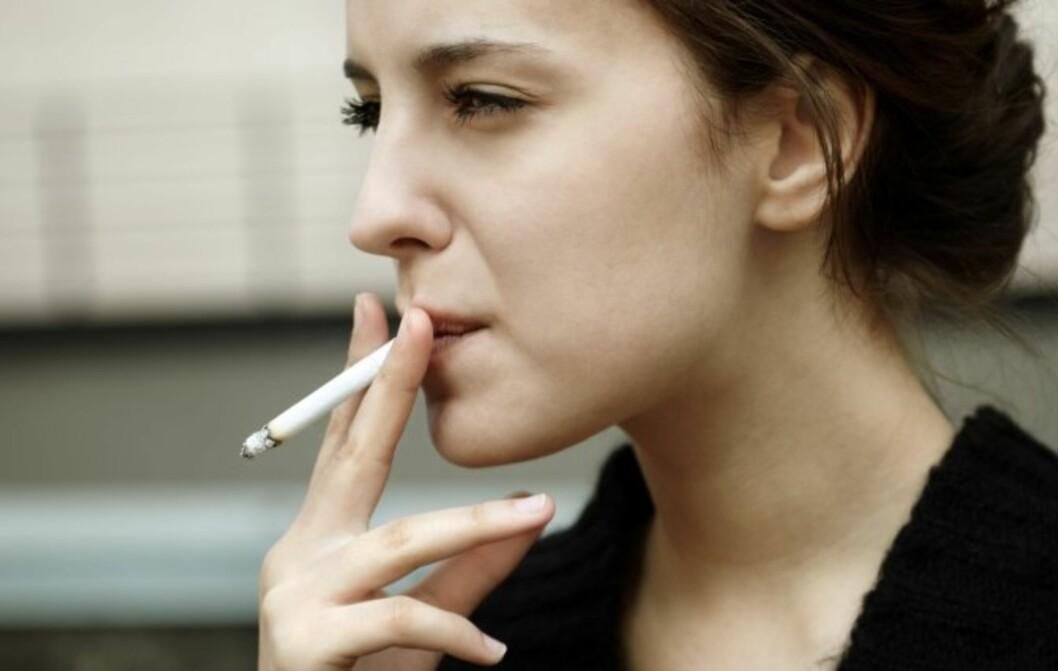 MER SKADELIG FOR KVINNER: Nylig er det kommet frem at røyken går hardere utover tennene til kvinner enn til menn, men sigarettene er mer skadelig for kvinner på langt flere områder.  Foto: Thinkstock.com