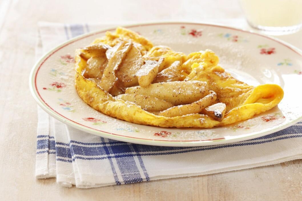 MMMMM..:.Egg er supert til frokost, lunsj, middag eller som mellommåltid. Ha det i suppa, stek det, eller lag en enkel, deilig omelett - som her, med bakte poteter.  Foto: Matprat.no