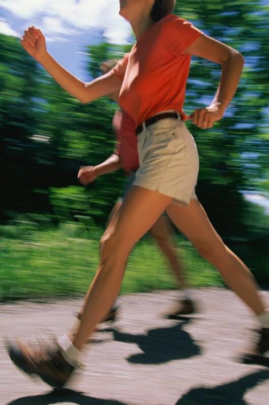 GÅ DEG SLANK: Det hjelper med en rask gåtur også, hvis joggeformen er på bånn. Foto: Colourbox