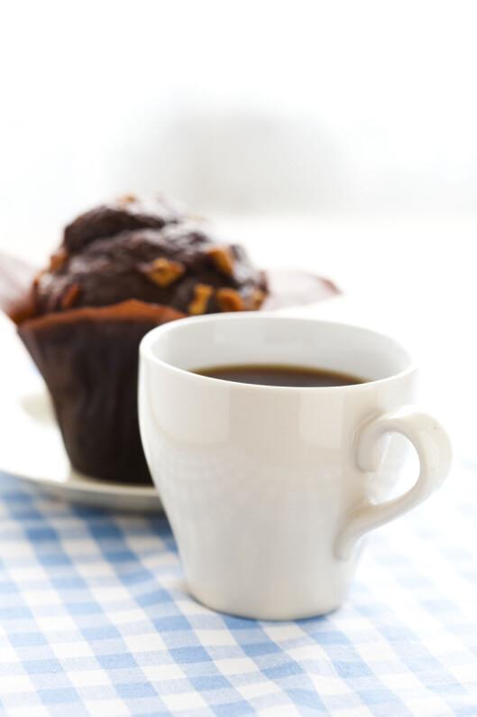NEI OG NEI: Kaffekos på en helt vanlig torsdag? Nei, det burde du droppe om vekta skal ned.  Foto: Colourbox