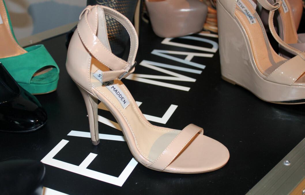 SOMMERENS SUPERSANDAL - ENKEL OG STILREN: Hos den amerikanske skodesigneren Steve Madden er det spesielt blushfargede sandaler som gjelder nå, og de har en svært heldig effekt på beina dine. Foto: Cecilie Leganger