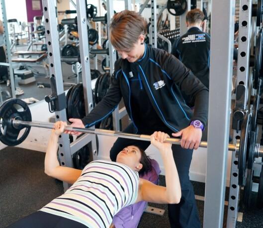 <strong>FÅ HJELP:</strong> Om du ikke aner ha slags styrketrening du skal gjøre, kan noen få timer med en PT være en god investering. Foto: Colourbox