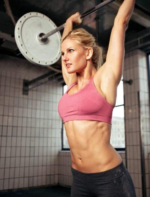 <strong>STERK OG SPREK:</strong> Å trene styrke gir bedre holdning og øker forbrenningen.Vær fokusert på jobben du skal gjøre når du trener styrke. Foto: Colourbox