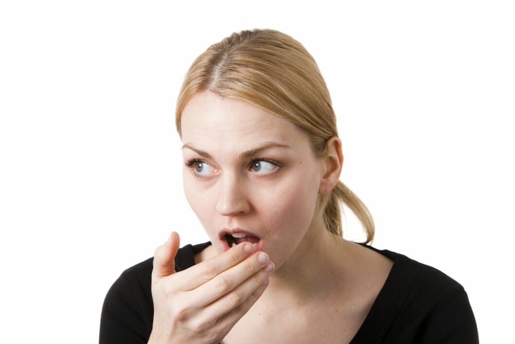 SPIS ELLER DRIKK NOE: Dårlig ånde kan være pinlig - selv om morgenen. Derfor kan det være lurt å pusse tennene, eller spise/drikke noe så fort som mulig.  Foto: Colourbox