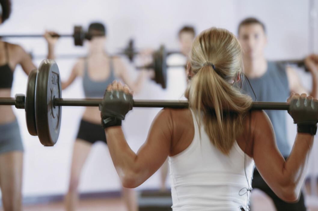 STYRKETRENING: Tøff styrketrening med utgangspunkt i harde basisøvelser - som knebøy, markløft og push-ups, er også blant det Jensen anbefaler.  Foto: Getty Images/Comstock Images
