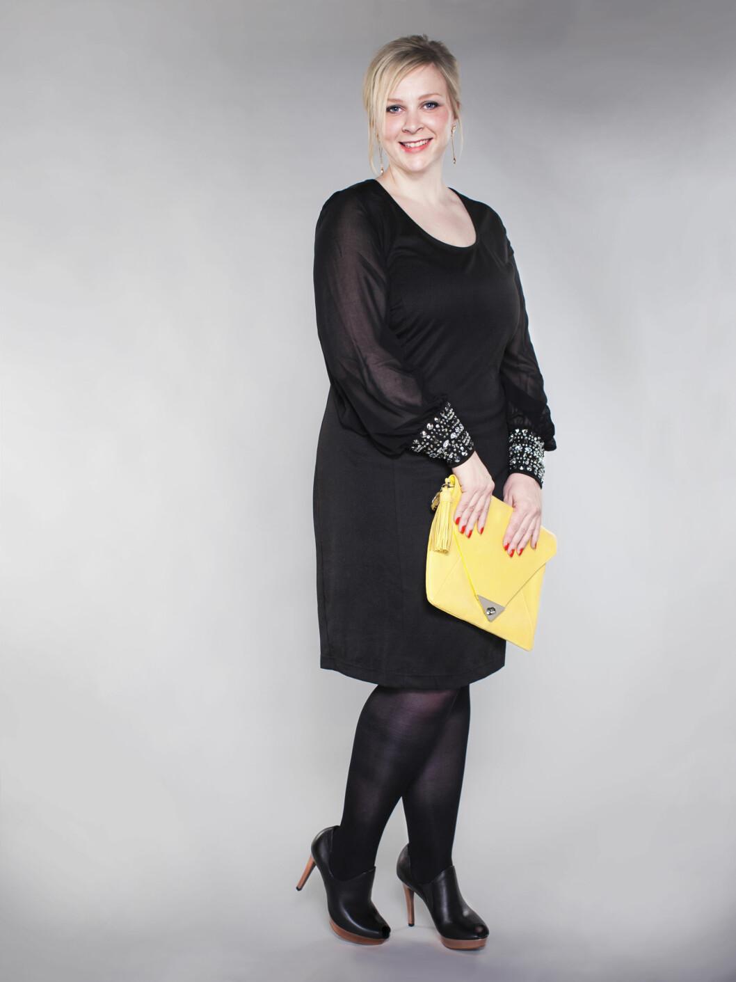Renate Eik har på seg kjole (kr 700, Zizzi), øredobber (kr 600, Dyrberg/Kern), clutch (kr 2500 V-collection), strømebukser (kr 80, Pierre Robert) og sko (kr 800, Tamaris) Foto: Astrid Waller