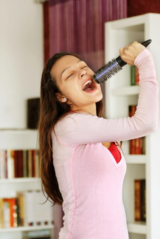 SYNG UT: Det hjelper på humøret å tørre å gaule ut sangen som gir deg godfølelsen! Foto: Colourbox