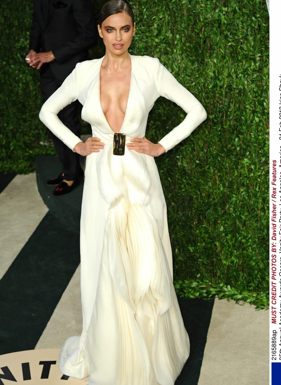 Irina Shayk strålte i den dristige kjolen sin.  Foto: All Over Press