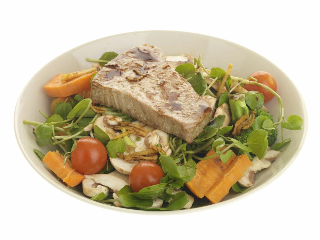 KOK/STEK FØRST: Her ser du en salat med rå sjampinjong - det er fy fy! Du bør alltid koke eller steke sjampinjongen før spising. Dette fjerner fenylhydrazinforbindelser - som i verste fall kan være kreftfremkallende.  Foto: All Over PressAll Over Press