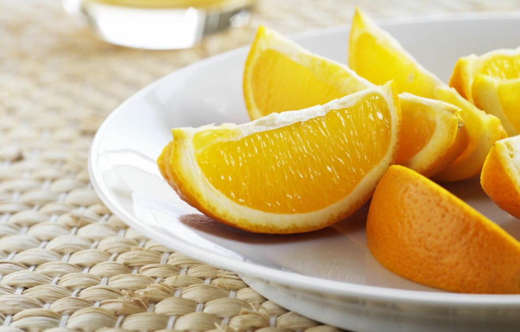 HAR DU SKYLT DISSE?: Mattilsynet anbefaler at man skyller all frukt - også de med skall, som appelsin, før man spiser dem.  Foto: colourbox.com