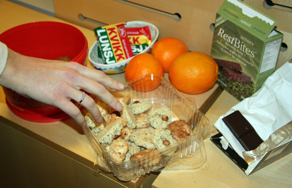 EN POTENSIELL SMITTEKILDE: Ingenting er som gratis godteri på jobb eller i butikken. Men er du riktig uheldig kan du bli syk av det. Foto: Tone Ruud Engen