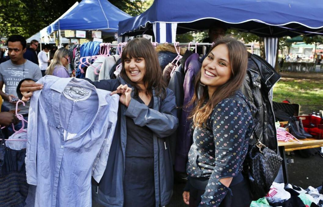 Mira Craig på sitt eget loppemarked. Her selger hun en kjole til Julie Medby..FOTO: NILS BJÅLAND/VG Foto: VG