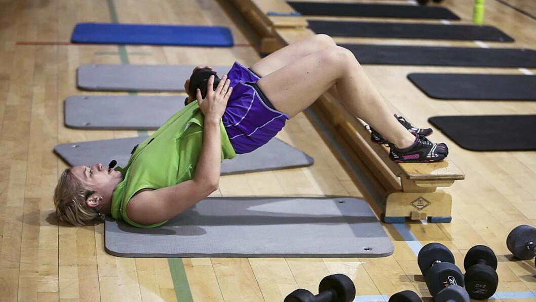 <strong>OPPSTRAMMENDE:</strong> Øvelsene som gjennomføres har fokus på både rumpe, mage, lår, rygg, armer og kjernemuskulatur. Her viser instruktør Ellen Moen frem en av øvelsene.  Foto: Per Ervland