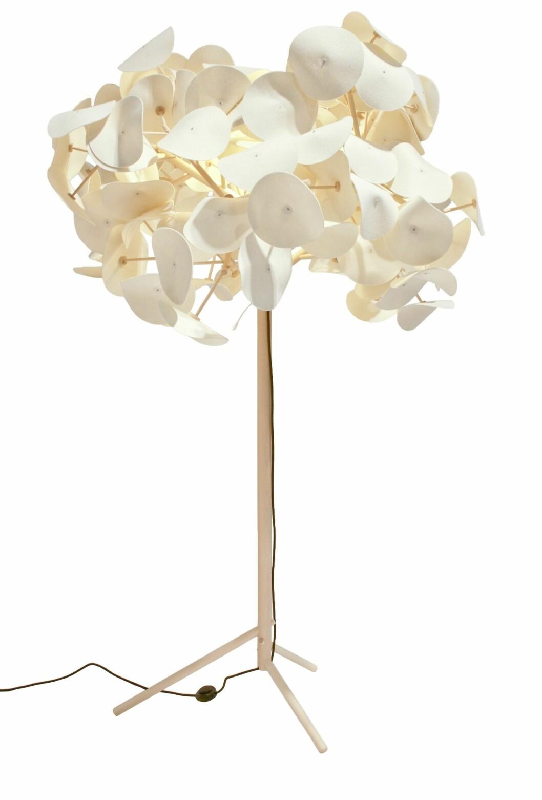Denne prisbelønte lampen bringer virkelig naturen inn i stuen. Leaf Lamp, kr 13 800, greenfurniture.se. Foto: Produsenten