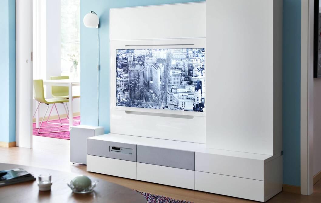 TV-LØSNINGEN KVINNER VIL ELSKE: I motsetning til mange andre, har ikke denne TV-løsningen drøssevis med ledninger og fjernkontroller. Foto: IKEA