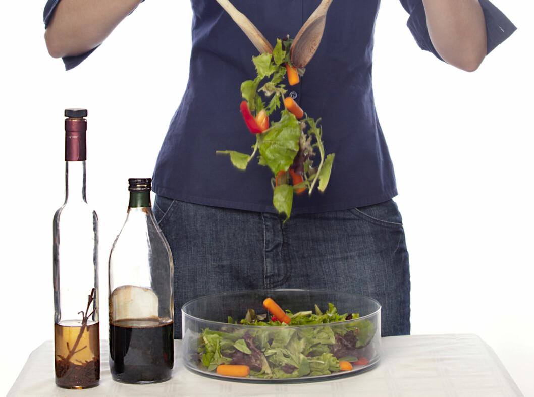 MAT OG VASK: Eddik blandet med litt olivenolje er supert i sommerlige, friske salater. Eddikflasken kan også brukes til rengjøring - både når det gjelder klær og hjemmet ditt.  Foto: Getty Images/iStockphoto
