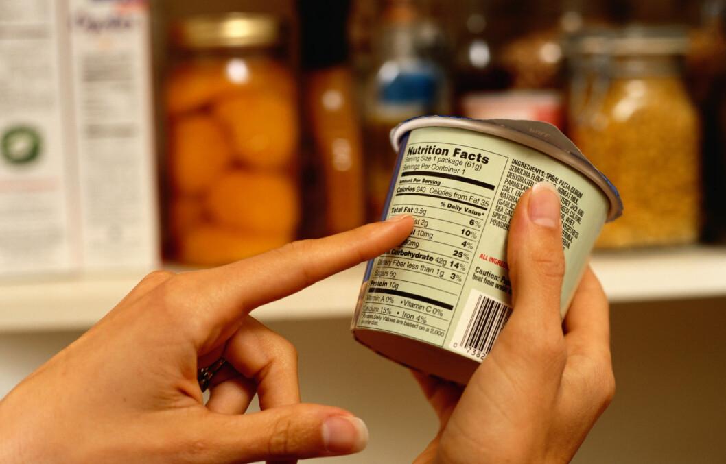 IKKE SJEKK BARE PRISEN: Det som står med liten skrift på pakningen er viktigere for helsen. Foto: Thinkstock.com