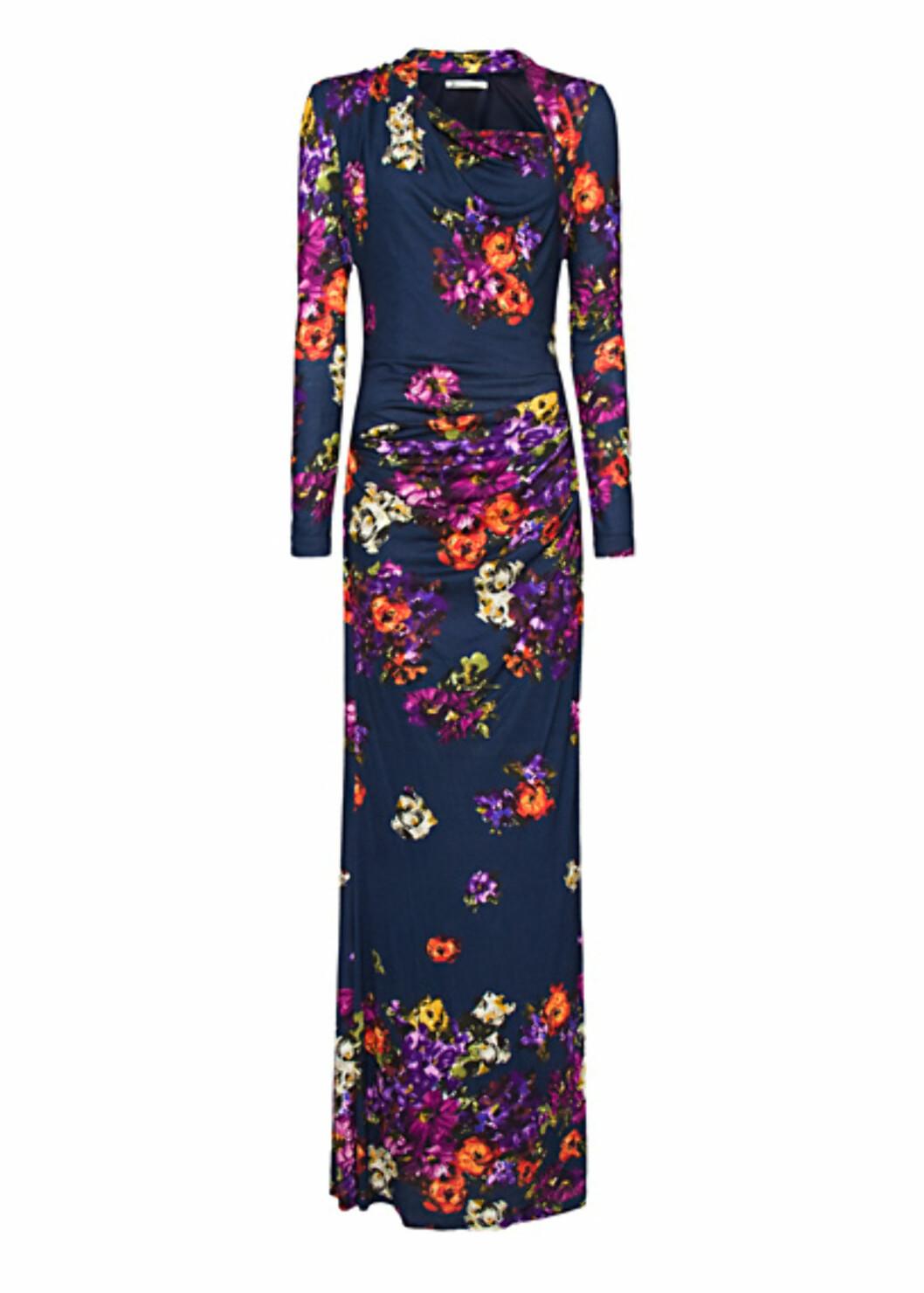 Fotsid, ettersittende kjole med drapering og skråskskjæring ved halsen (kr 799/Mango). Foto: Produsent