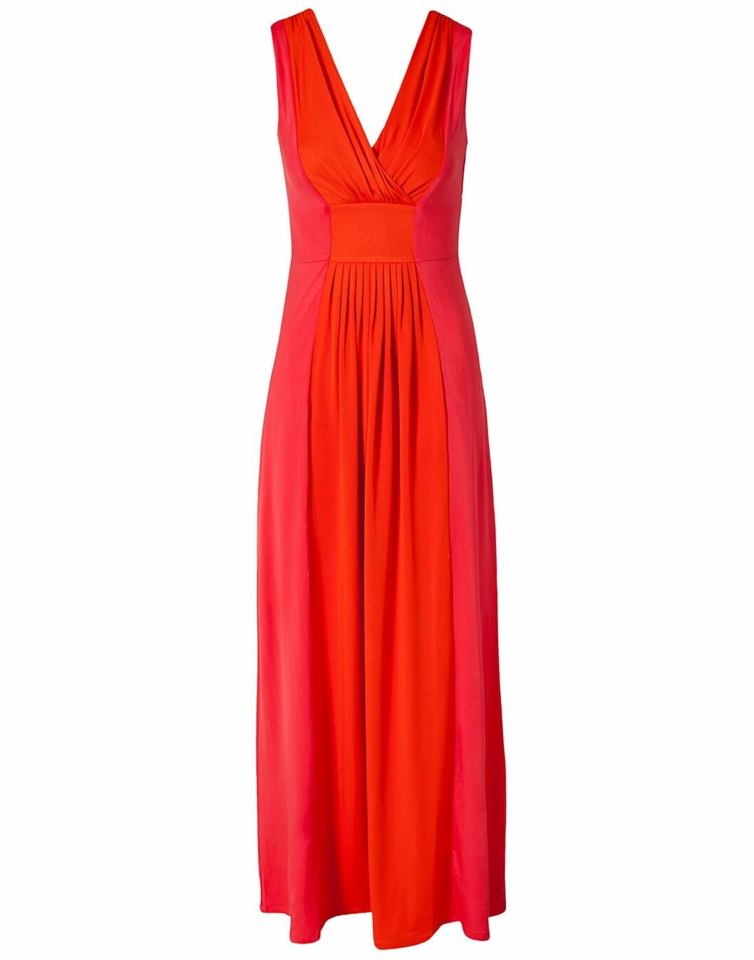 Fotsid kjole med innsving i livet fra Fever London (kr 899/nelly.com). Foto: Produsent