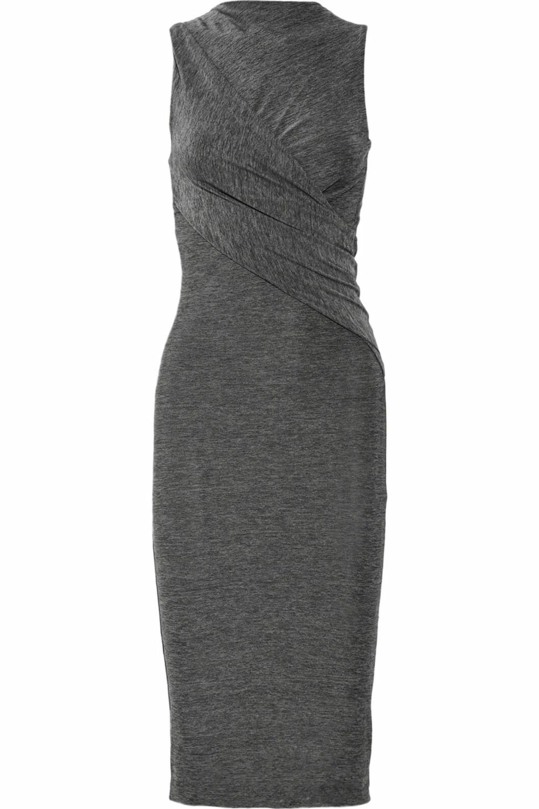 Grå ettersittende kjole med flatterende draperinger fra T by Alexander Wang (ca kr 950/netaporter.com). Foto: Produsent