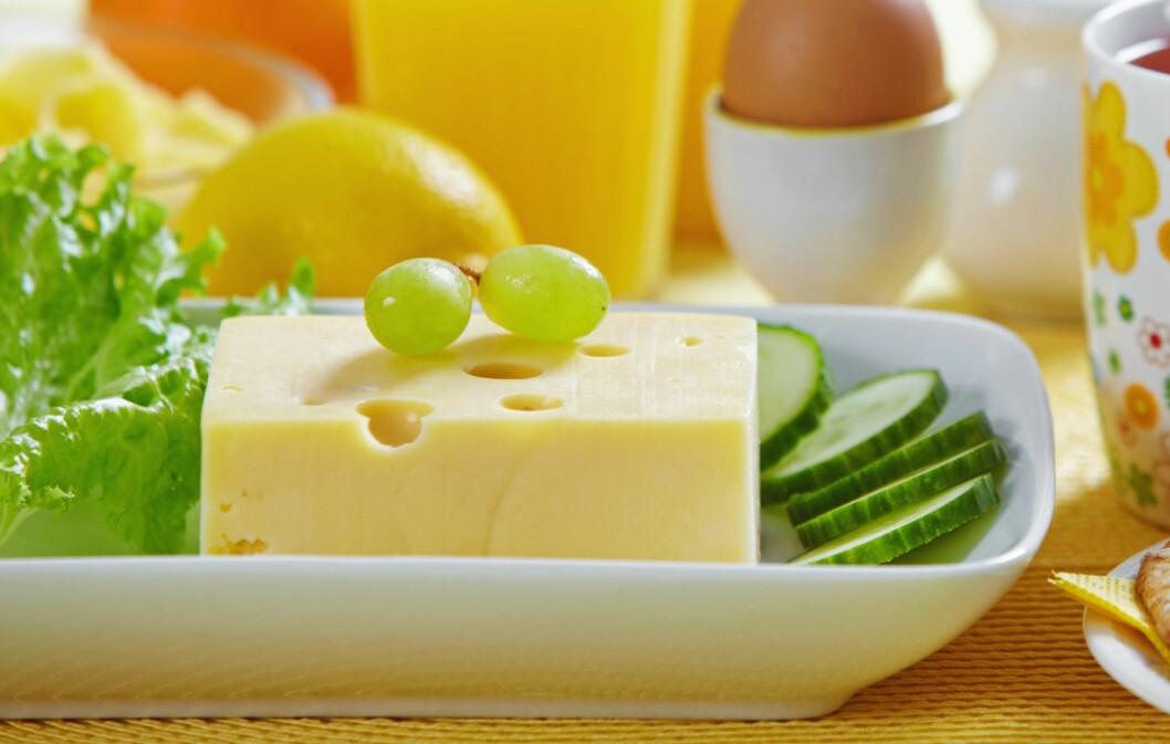 LETTERE OST ER BRA: Ifølge klinisk ernæringsfysiolog Tine Sundfør er lettost bedre å spise enn vanlig gulost fordi det inneholder mindre fett, men mer konsentrert kalsium og protein.  Foto: Colourbox