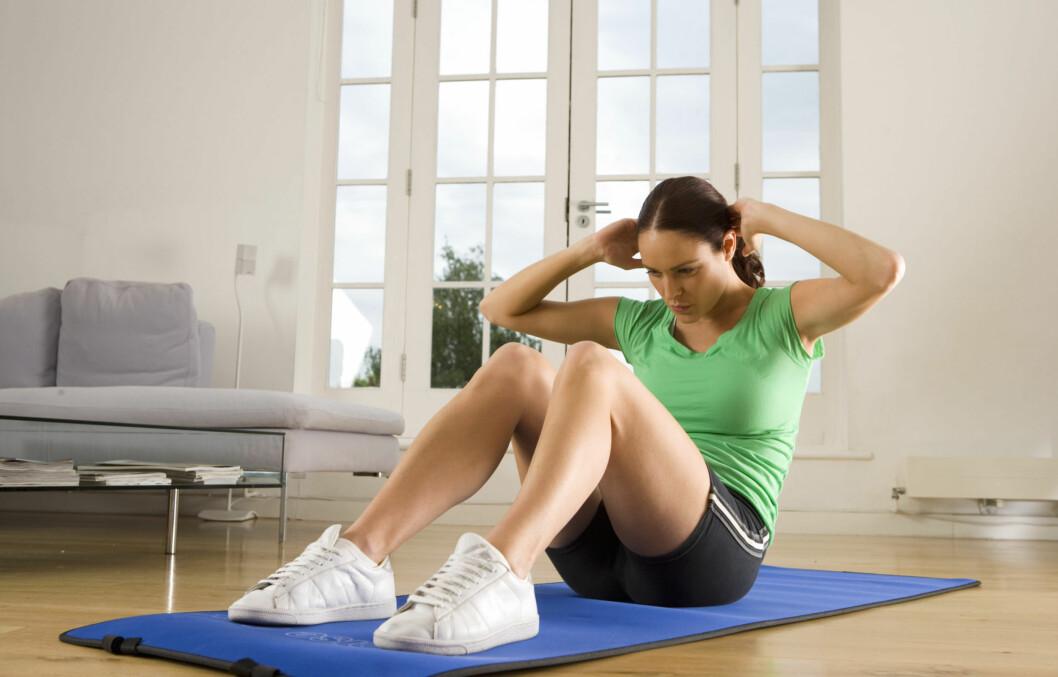 MÅ MER TIL: Det må mer enn sit-ups til for at du skal få redusert fettmengden rundt magen din. De beste tipsene får du lenger nede i saken! Foto: Getty Images