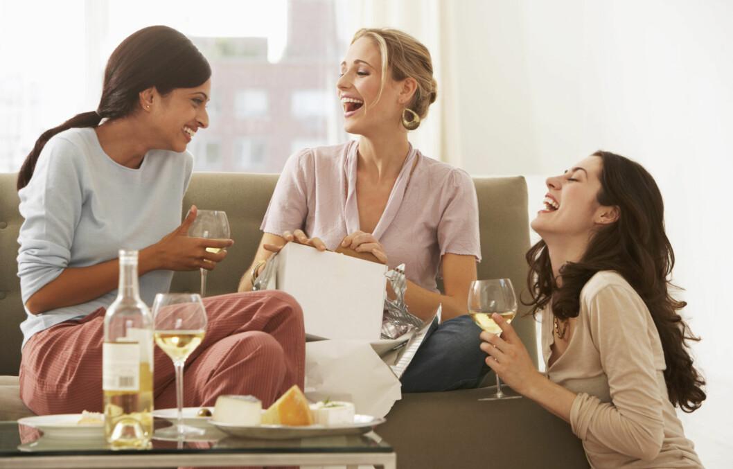IKKE SITT ALENE: Start en ny tradisjon med venninner om å finne på noe gøy på søndager. Foto: Thinkstock.com