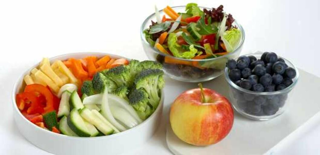 """FEM OM DAGEN: Frukt- og grønnsaksmengden på bildet tilsvarer de """"fem om dagen"""" norske helsemyndigheter anbefaler oss å spise per dag.  Foto: Helsedirektoratet/Synnøve Dreyer"""