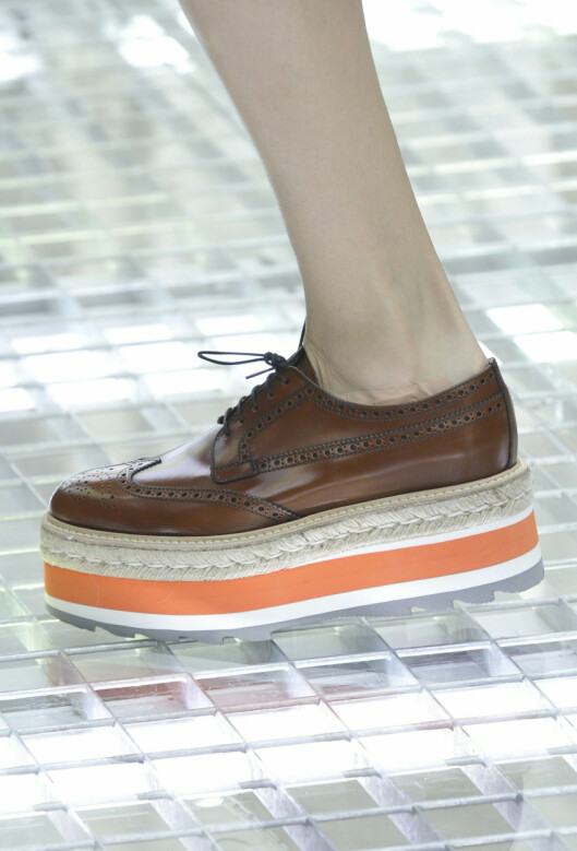 BEGYNNELSEN: Prada var blant designerhusene som startet trenden med flatform-sko, hvor altså platåsålen er jevn hele veien. Foto: All Over PressAll Over Press