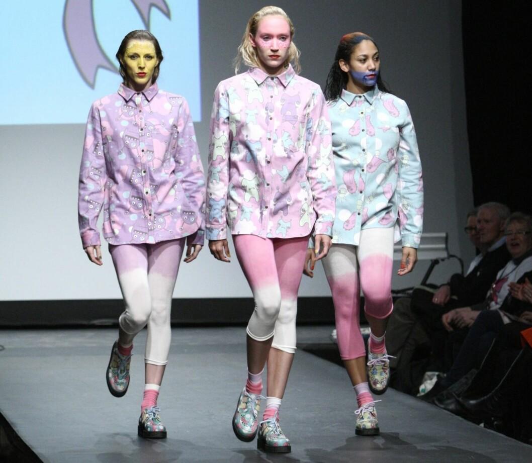 PLATÅSNEAKERS: Modellene under Fam Irvolls siste visning på Oslo Fashion Week hadde også på seg fargefulle flatform-sneakers.  Foto: Per Ervland