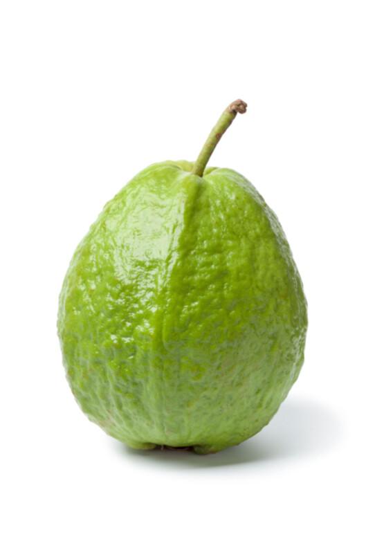 RUGLETE: Slik ser guavafrukten ut. Denne er grønn, noe som betyr at den er litt umoden.  Foto: Getty Images/iStockphoto