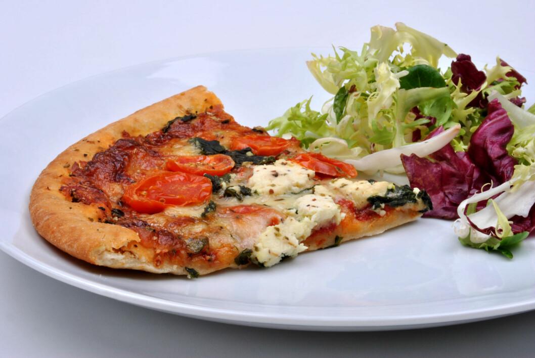 """<strong>MED GRØNNSAKER:</strong> Spiser du pizzaen med en salat eller grønnsaker til får du både i deg deg flere viktige næringsstoffer, og da kan pizza være helt ok som middag i blant. Du minsker også """"risikoen"""" for at du hiver i deg hele pizzaen.  Foto: Colourbox"""