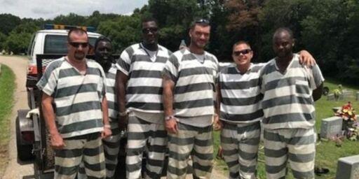 image: Da fengselsbetjenten gikk i bakken hadde de alle muligheter til å stikke av. I stedet hylles de for sin innsats