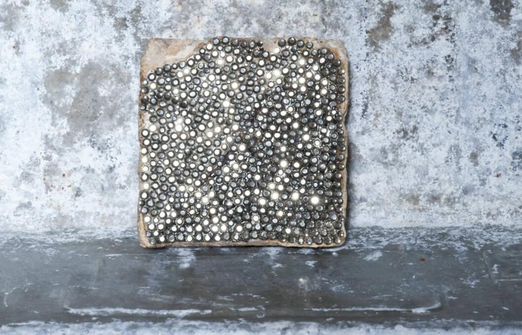 MANGE MULIGHETER: - Kombiner strassflisene med andre fliser av glass eller stein, forteller Lise Kristensen, interiøransvarlig i Polhem. Foto: Produktbilder