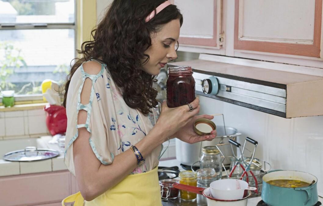 VIT FORSKJELLEN: Syltetøy med mugg skal kastes. Hvis ikke det ikke er muggent kan det godt spises etter at det har gått ut på dato. Foto: www.jupiterimages.com