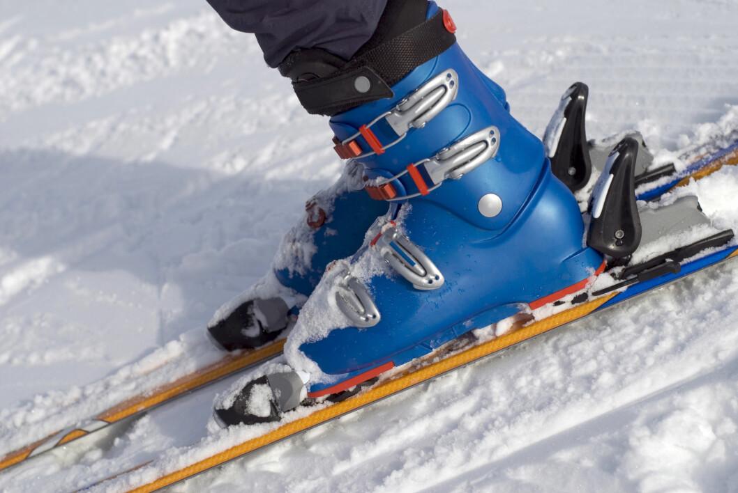 ETT PAR SOKKER: Ett par sokker holder i alpintstøvelen. Da blir det nok plass til at luften som varmes opp av foten kan sirkulere rundt inne i støvelen.  Foto: Thinkstock