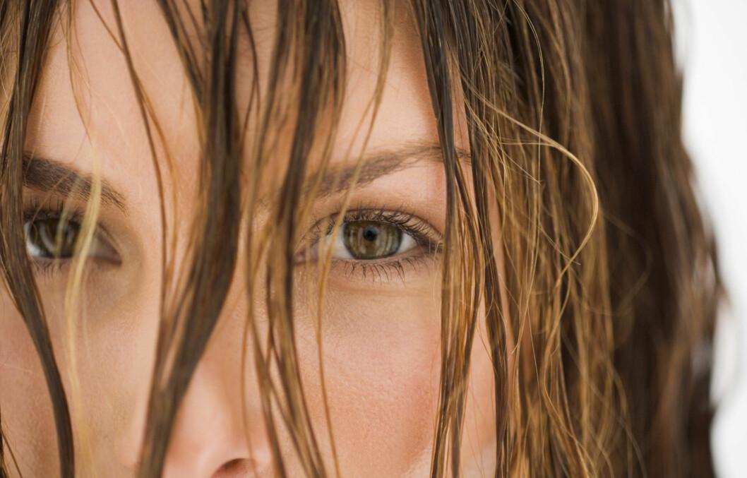 PÅ SITT SVAKESTE: Når håret er vått, er det på sitt mest sårbare. Mange timer med putegnissing er dermed ikke det beste. Foto: Thinkstock