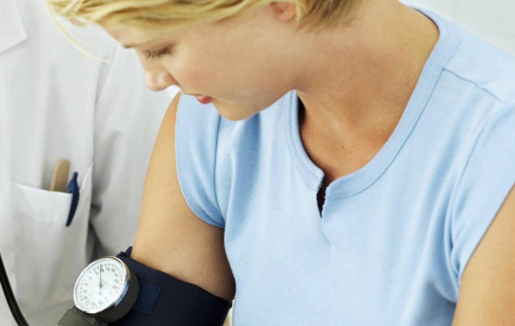 ÉN GANG I ÅRET: Det kan være lurt å gå til rutinesjekk hos legen og få undersøkt blodtrykket ditt én gang i året. Etter at du har fyllt 50-60 år kan det være lurt å gå oftere, særlig hvis du har hjerte- og karsykdommer i familien.  Foto: Getty Images