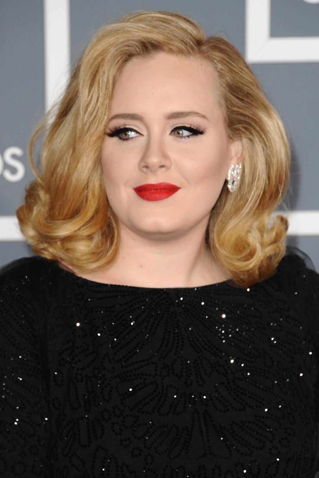 NY LOOK: Adele gikk for en litt annen frisyre og sminke enn hun pleier da hun ankom Grammy-utdelingen tidligere denne uken.  Foto: All Over Press