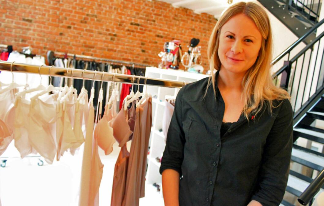 NY KOLLEKSJON: Body Make Up heter den nye, sømløse kolleksjonen fra Triumph, presentert av butikksjef Maria Andersson. Foto: Tone Ra Pedersen