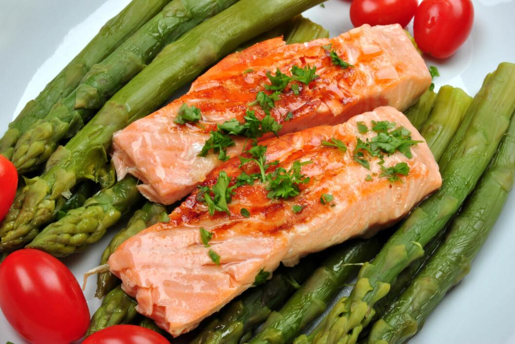 2-3 GANGER I UKEN: Helsemyndighetene anbefaler at vi spiser fet fisk, som laks, minst to til tre ganger i uken for å få i oss nok omega-3. Gjør man ikke det bør man ta kosttilskudd, som tran.  Foto: Colourbox.com