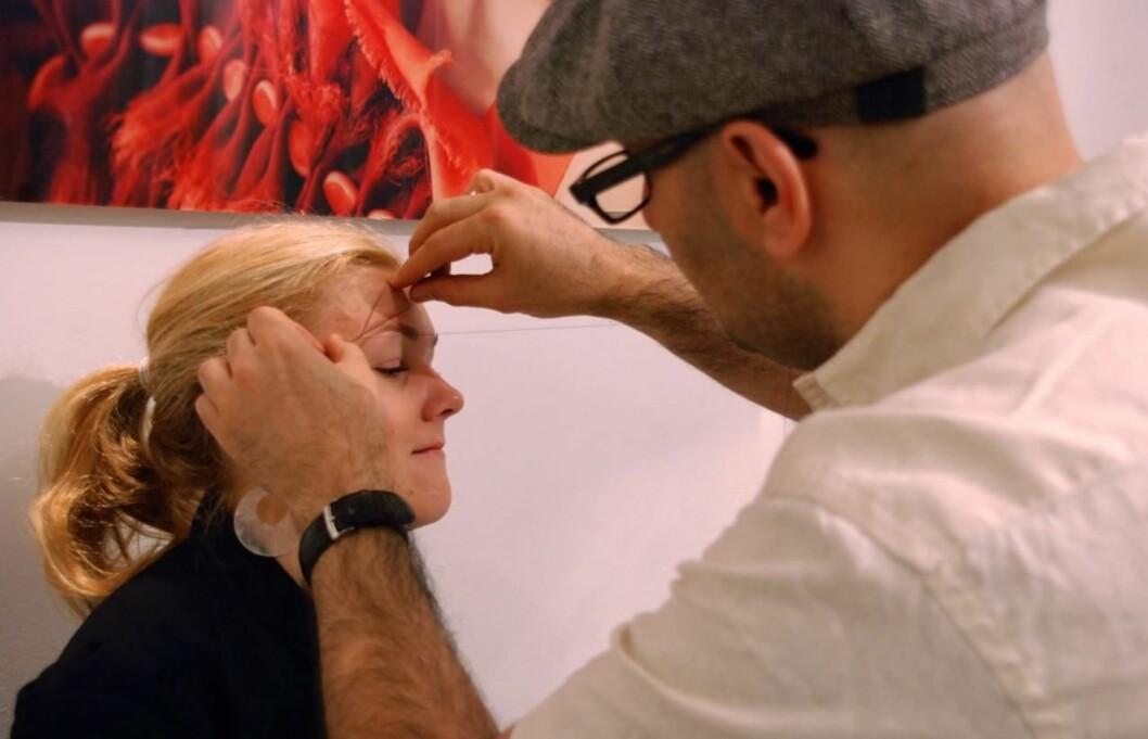 THREADING: Øyebrynsspesialist Fred Hamelten bruker threading som en av mange teknikker for å skape perfekte øyebryn. Han er kjendisenes soleklare førstevalg og har en venteliste på ca. et år. Selv om det kan være lurt å få en ekspert til å skape den perfekte formen for deg, kan du følge opp selv, og da kan threading være en kjekk teknikk å lære seg.  Foto: Aina Kristiansen